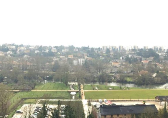 Vous rêviez d'un appartement situé en centre-ville, entre l'Hôtel de ville et le Parc de Blossac, tout en ayant une vue à couper le souffle ?