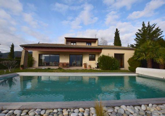 Proche PRIVAS, superbe propriété avec piscine. de 200 m² hab. env. Retrouvez toutes les informations en cliquant sur le lien; https://www.ardecheimmo.fr/annonces-vente/maison-7-pieces-privas-526677.htm