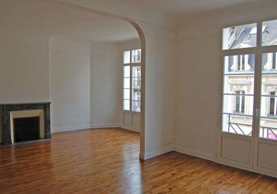 À #louer.#Reims,#hypercentre, bel #appartement lumineux comprenant entrée, double séjour, 3 chambres, cuisine équipée, salle de bains, salle de douche. WC Possibilité de louer un #garage 60 €