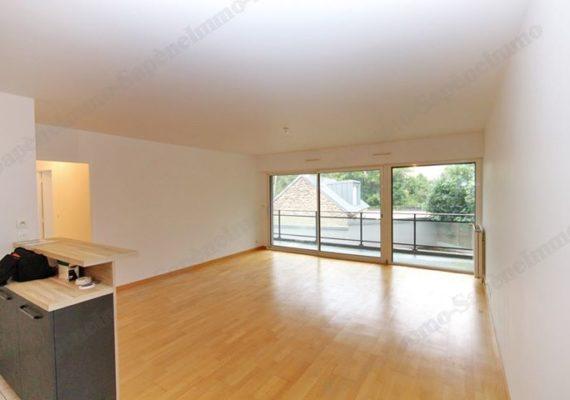 A proximité de la place Hoche, au calme, une grande terrasse de plus de 20 m², le confort du moderne et un grand garage. Tant d'atouts pour ce charmant T3/4 de 76 m² dans le centre-ville !