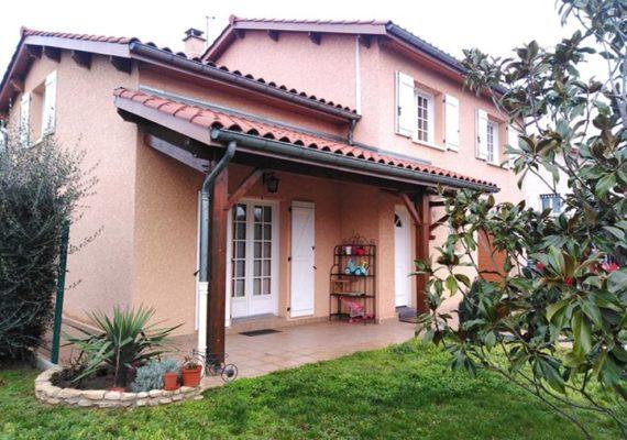 À le coteau, jolie villa d'environ 150 m2 avec extension de 30 m2 environ sur un terrain de 759 m2.