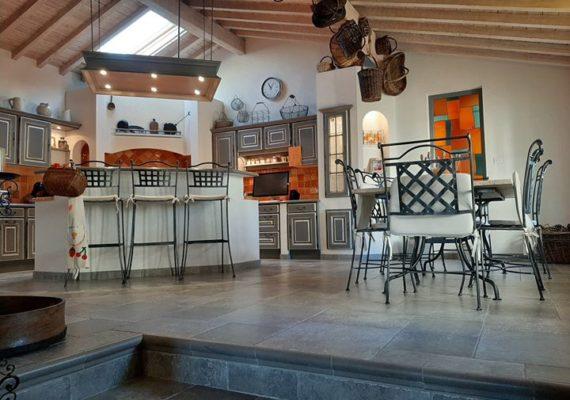 Venez découvrir en exclusivité ce superbe corps de ferme, il est composé d'un séjour, un salon, une cuisine équipée, une suite parentale, 4 chambres, un bureau, une salle de jeux, une salle de bain, une salle d'eau, dressings, et une cave.