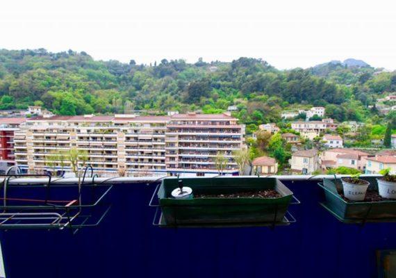 ? Notre Agence vous propose à la vente ce bel appartement de 3/4 pièces, 72 m² situé en étage élevé à Menton dans le quartier du Carei ?