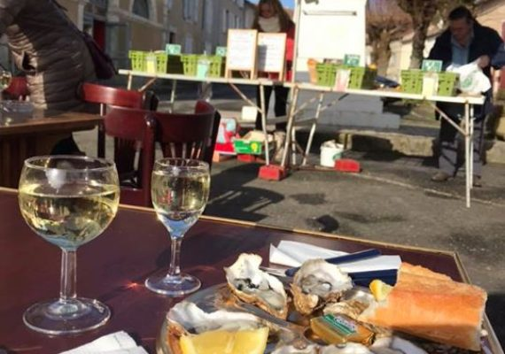 Saturday mornings in Verteuil-sur-Charente, give it a try. 8 Oysters and a glass of white wine 8€50 (perfect breakfast ?).