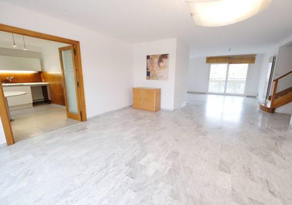 Nous vous proposons aujourd'hui un duplex de 186m2 en dernier étage en plein Centre Ville, grande pièce de vie de 60m2, salle de bain et chambre de plain pied, à l'étage 5 chambres et un espace bureau, 2 balcons/terrasses, 2 stationnements, 2 caves