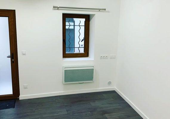 Maison de village 50m2 se composant d'un salon, une cuisine semi-équipée, une salle d'eau avec wc, une chambre, un bureau avec placard. Le tout rénové entièrement avec des matériaux de qualité.
