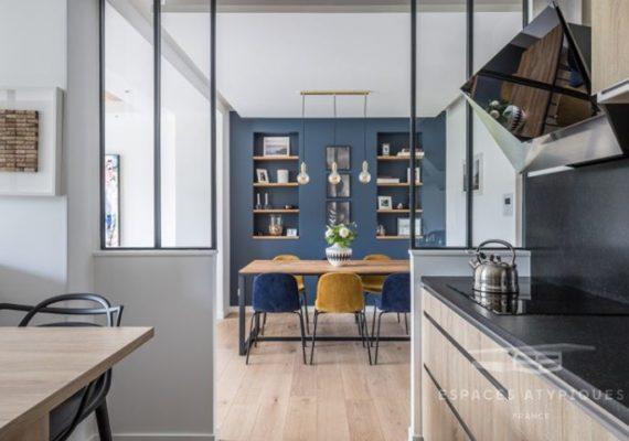 Idée aménagement : une cuisine semi-ouverte avec verrière.