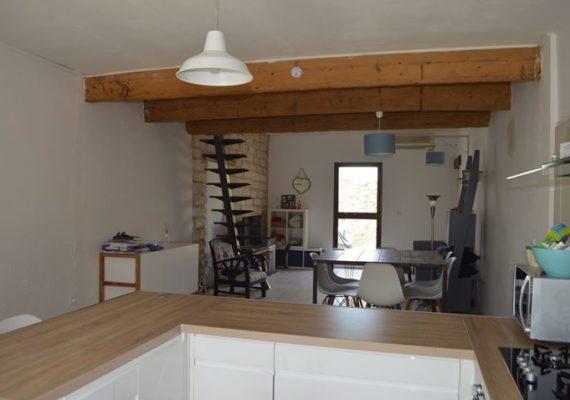 ?Sur Saint Laurent d'Aigouze superbe maison de village avec 2 chambres plus une en mezzanine, cour et garage!
