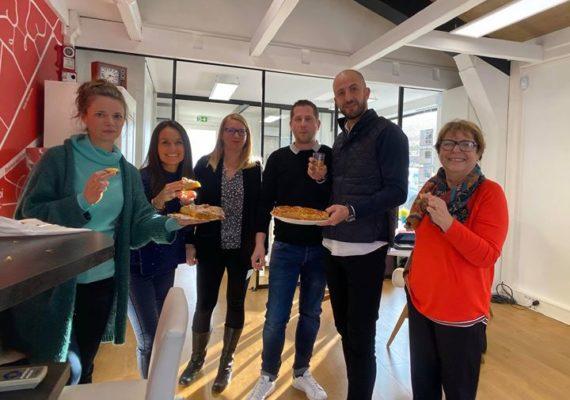 La pâtisserie Chauvet a réservé Une belle surprise ce matin à toute l'équipe, en réalisant une frangipane griffée ⭕️rpi ainsi qu'une galette …Rustique ….un régal!!!