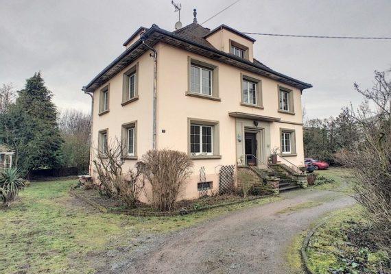 Belle maison bourgeoise de 240 m2 sur un beau terrain de 18,98 ares. Une visite s'impose.