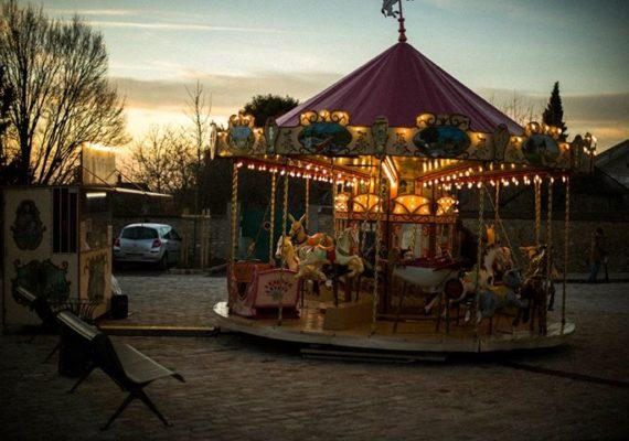 Tel un décor de cinéma, sur la place de l'église St Martin, trône un vieux carrousel destiné aux enfants jusqu'à huit ans, …à certains, cela rappellera d'anciens souvenirs. ?