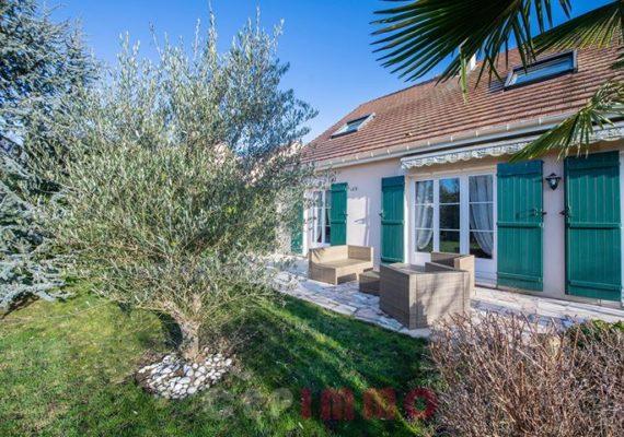 En Exclusivité, venez visiter cette charmante maison familiale 7P de 195m2 habitables, sur un terrain de 686m2, au calme, dans le domaine POIRIER à Ozoir-la-Ferrière.