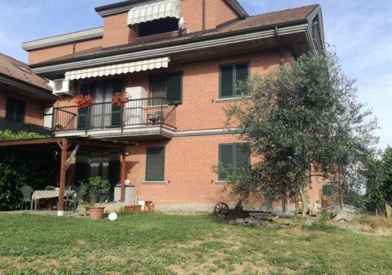 CASTELLAZZO BORMIDA: In palazzina RECENTE Alloggio con GIARDINO (300mq) di sala, cucina, 2 camere, 2 bagni, balcone, box doppio. Riscaldamento Autonomo €. 123mila tratt. Rif. 193