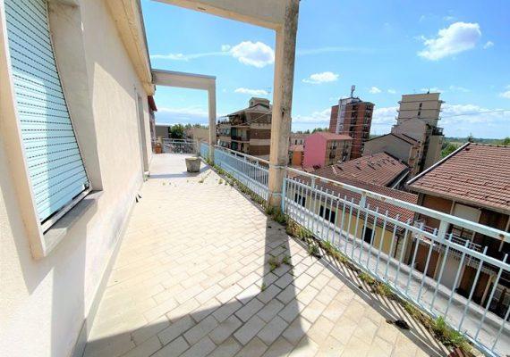 Alessandria: in zona comodissima al centro città e alla stazione, si propone in vendita alloggio con TERRAZZO di 90 mq SPETTACOLARE.