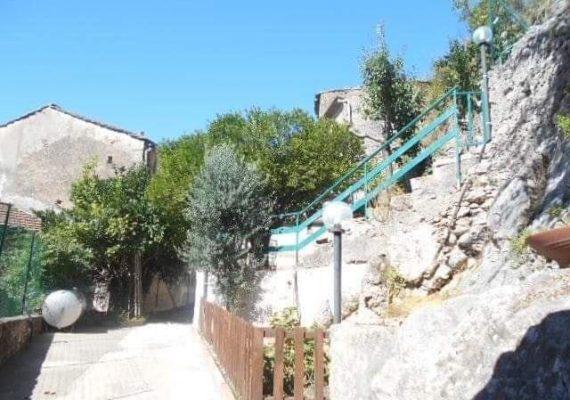 Olevano sul Tusciano. Proponiamo in VENDITA – Abitazione semindipendente con ampia corte esterna. Immobile sito in antico borgo collinare con bellissimo panorama.