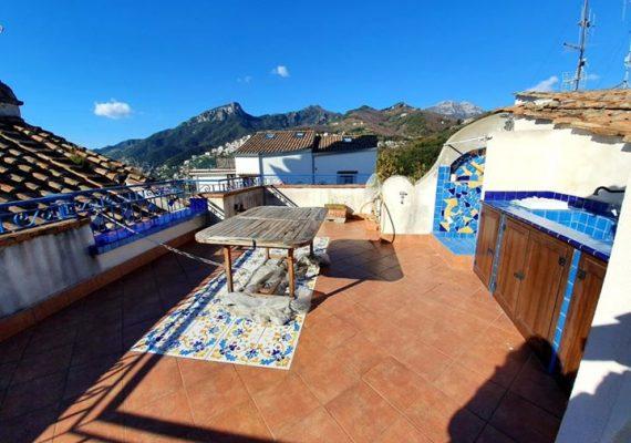 Alle porte della costiera amanfitana , nella colorata Vetri sul Mare in vendita caratteristica soluzione con splendida vista panoramica.