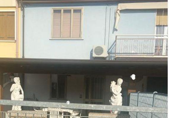 Cherubine di Cerea, casa in linea con impianti autonomi, bellissimo camino e climatizzatore. Completa la proprietà una tettoia/veranda esterna, corte esclusiva ed ampio posto auto coperto soppalcabile. Ottima anche come investimento.
