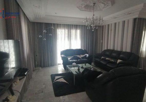 Au cœur de la ville et de la vie , joignant le calme , le luxe et le confort, cette villa est le lieu idéal pour se détendre tout en restant à quelque minutes et quelques pas de Jinene beni-khiar