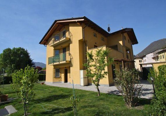 ** Appartamento con 2 camere da letto. Portico e Giardino Privato.