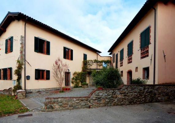 Denne ejendom i rolige omgivelser i gåafstand fra kulturbyen Barga er sat ned i pris.