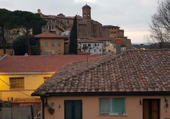 Viele Grüße aus Lari! Wir machen weiter, irgendwie, mit einem Lächeln auf den Lippen und der Kreativität der Italiener, die immer wieder aufstehen und Stärke zeigen. Ich bin stolz und froh hier zu sein, zwischen Menschen, die sich noch freundlicher grüßen, den ganzen Tag Späße über die Chats laufen lassen (lange nicht mehr so gelacht) und die Musik, die von Terrasse zu Terrasse durch das Land hallt, einfach großartig! Und wenn das alles vorbei ist werden wir noch mehr lachen und singen, uns wieder umarmen können, und uns daran erinnern wie wertvoll jeder Moment ist, die Gesundheit, all unsere Lieben, Nähe und sich frei bewegen zu können. Buona domenica euch allen!