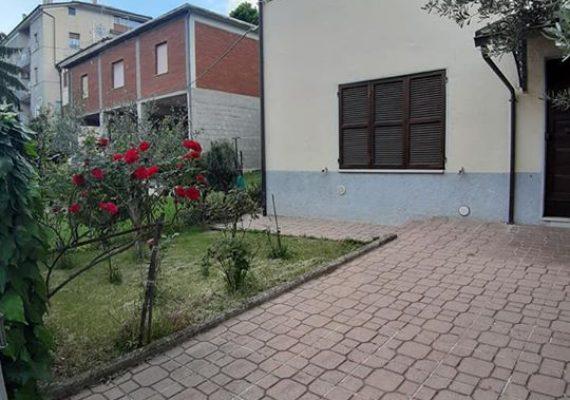 Si propone l' affitto di un appartamento con ingresso indipendente e giardino privato esclusivo recintato