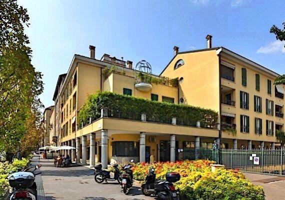 Ad.ze Ascanio Sforza – Via Pavia: in zona servita dai principali servizi quotidiani e mezzi di trasporto, in splendido edificio del 2000 dotato di ascensore, servizio portineria, videosorveglianza e verde condominiale, proponiamo SILENZIOSO E LUMINOSO 2 LOCALI di mq 57 con terrazzino di mq 8 c.a., composto da ingresso, disimpegno, soggiorno con cucina a vista e accesso al terrazzo, camera matrimoniale, ampio bagno e ripostiglio in quota. Completa la proprietà un vano di cantina.