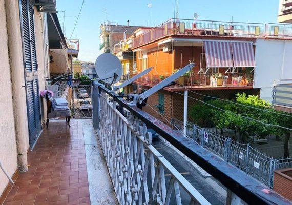Appartamento di 110 mq. circa composto da ingresso, ampia cucina, tre camere da letto, bagno, ripostiglio e balconate con affacci su due strade diverse.