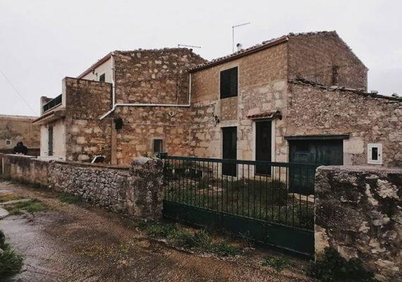 #pisanaimmobiliare propone in vendita #casa in pietra in ottimo stato con giardino a 4 km da #Ragusa