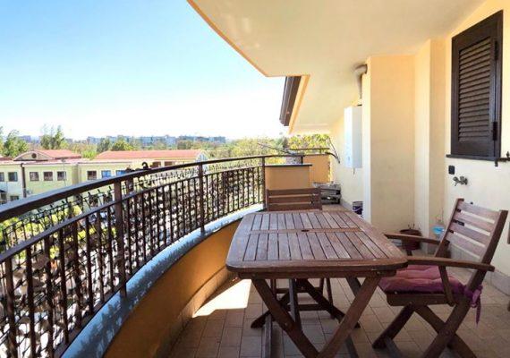 In zona residenziale e vicina ai servizi principali disponiamo in vendita di una bellissima mansarda al terzo piano piena di sole e rifinita benissimo.