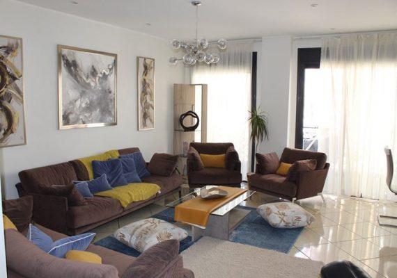 A vendre très joli F3 meublé situé dans une résidence récente à Gambetta Oran. Composé d'une cuisine ouverte aménagée et équipée sur salon, deux chambres et une salle de bains. Coup de coeur garanti.