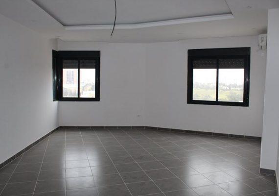 A louer F3 très spacieux situé à la résidence Mirabelle proche rond point de pépinière Oran. Composé d'un hall d'entrée, d'une cuisine aménagée et équipée, d'un salon, de deux chambres dont une suite parentale, d'une salle de bains et d'une place de parking en sous-sol. Appartement neuf jamais habité. Très ensoleillé avec une vue dégagée.
