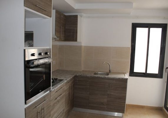 A louer Appartement T4 situé dans une résidence récente à Akid Lotfi Oran. D'une superficie de 120 M2, ce F4 est composé d'un hall d'entrée, d'une cuisine aménagée et équipée, d'un salon, de trois chambres et d'une salle de bains. Proche de toutes commodités.