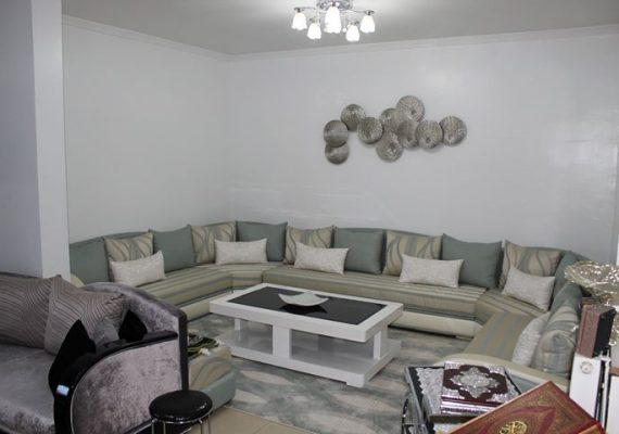 A vendre F4 de 110 M2 à la cité Hasnaoui Oran composé d'un hall d'entrée, d'une cuisine aménagée et équipée, d'un salon, de trois chambres et d'une véranda. Endroit calme proche des grands axes routiers.