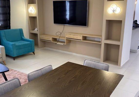 A louer F4 meublé d'une superficie d'environ 140 M2 situé dans une résidence récente à Gambetta Oran. Composé d'un Hall d'entrée, d'une cuisine aménagée et équipée, de trois chambres lumineuses et d'une salle de bains. Ameublement de qualité. Vue dégagée sur le balcon.