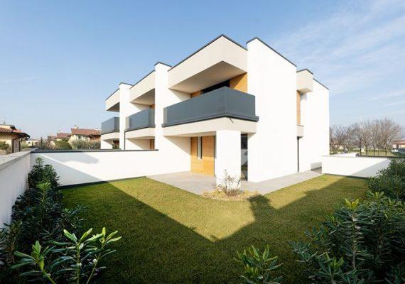 Il progetto di Ville Foscolo si compone dall'accostamento di tre unità residenziali studiate per garantire il massimo grado di indipendenza e privacy.