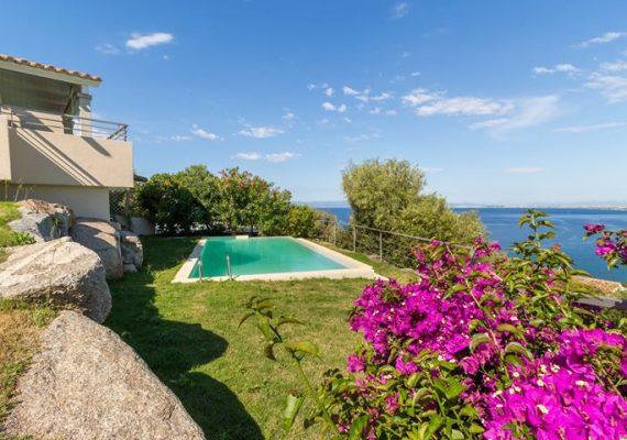 Una villa con piscina panoramica vista mare in Sardegna