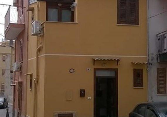 Proponiamo in affitto una piccola casetta indipendente arredata su due livelli.
