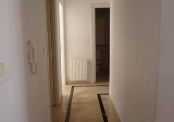 S+2 de 114m2 Prix 220md Cet appartement est situé au deuxième étage d'une petite résidence aux Jardins de l'Aouina, l'entrée ouvre sur un salon tapissé en marbre théla et qui ouvre sur un balcon. La partie nuit est composée de deux chambres à coucher qui se partagent une salle bain. La Cuisine est équipée et complétée par un séchoir. Une place de parking est disponible au sous sol.