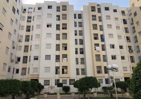 On met à votre disposition un appartement à Ben Arous composé par un salon lumineux avec balcon une cuisine avec séchoir une salle d'eau , 3 chambres à coucher et une salle de bain.Il est situé au deuxième étage .