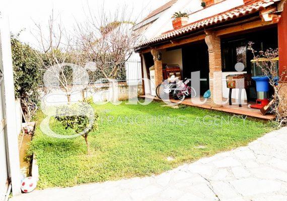 RIF: DOM340 – LAGO PATRIA, in parco privato e custodito disponiamo di una villa singola con giardino esterno disposta su due livelli.