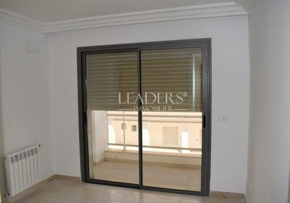 #LEADERS_IMMO vous propose un appartement de style S+2 avec place de parking dans une résidence gardée située à El Mourouj 6.