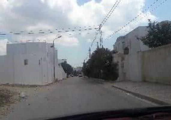 A vendre à hammamet ville » cité ennadhour » un lot de terrain de 154 m2 situé dans un bon quartier et qui possède une vue panoramique sur la mer.