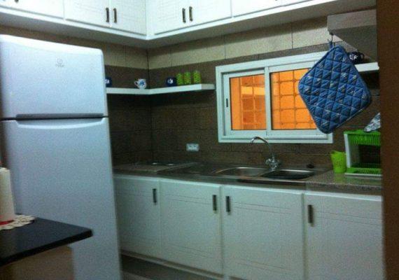 A louer un appartement s2 meublé à carthage byrsa au RDC se compose d'un salon, 2 chambres à coucher, cuisine,salle d'eau avec douche, 2 climatiseurs