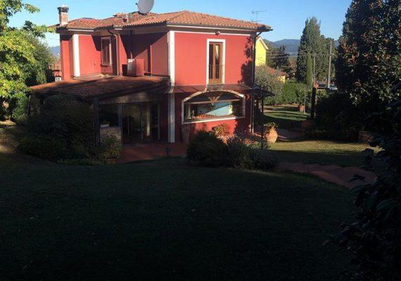 Villa mit Pool und Garten eingezäunt, max 8 Personen 🏠🇮🇹🧳🐕✈️🍷#Urlaub #italien #toskana #meer #ferienwohnung #ferienhaus #casavacanze #toscana #holiday #mare #piscina @ Lucca, Italy