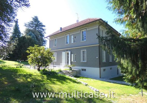� Elegant historic villa with park and outbuilding for sale a few minutes from Varese, in a beautiful green and residential area. The 6,200 sq m park, with tall trees, gives privacy to the home and increases its prestige.