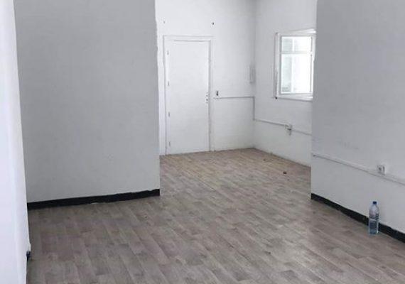 Cette Villa à usage de bureau, elle est située sur une rue parallèle à l'avenue Kheireddine Pacha. Jouit d'un accès facile, dans un quartier desservit par la ligne de métro. La villa est érigée sur deux niveaux. Le rez-de-chaussée ouvre sur un hall qui dessert à la fois trois pièces communicantes qui peuvent servir d'un open-space, une pièce indépendante, une cuisine avec deux autres pièces polyvalentes et des toilettes. L'étage se compose de deux pièces communicantes qui peuvent servir d'un open-space, deux autres pièces indépendantes et une salle de bain. A l'extérieur on trouve un agréable jardin et une place de parking.Villa à usage de bureau de 250 m² à Montplaisir, prix 3000dt/mois