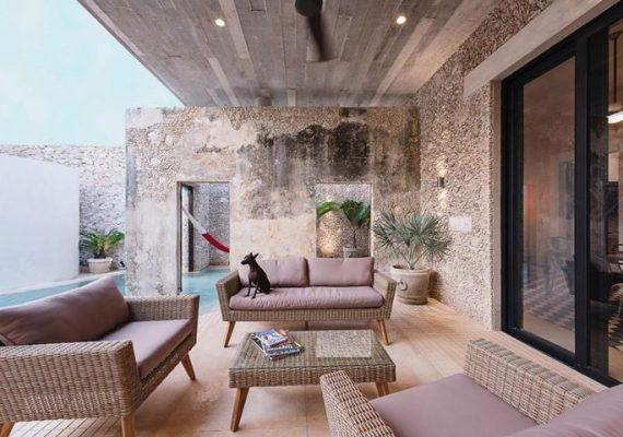 """🏡 Un """"gioco"""" stilistico dentro/fuori di una bellezza disarmante. Una moderna oasi in una vecchia casa ristrutturata tra pietra, cemento e vetro"""