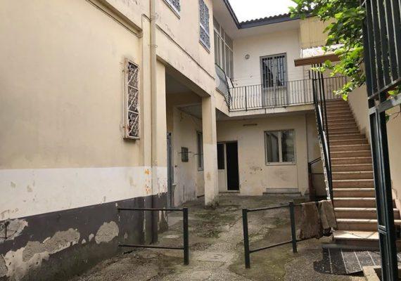 A Sant'Antimo (NA) Proponiamo in Vendita Soluzione Indipendente di 2 Appartamenti + cortile