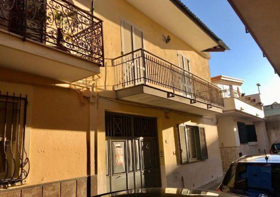Proponiamo in Vendita Fabbricato di 2 appartamenti con cortile a Cesa (CE) €uro 165.000